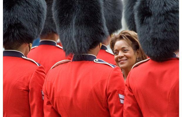 غش کردن اعضای گارد سلطنتی کانادا هنگام بازدید خانم فرماندارکل (تصویری) Tafrihi.Com