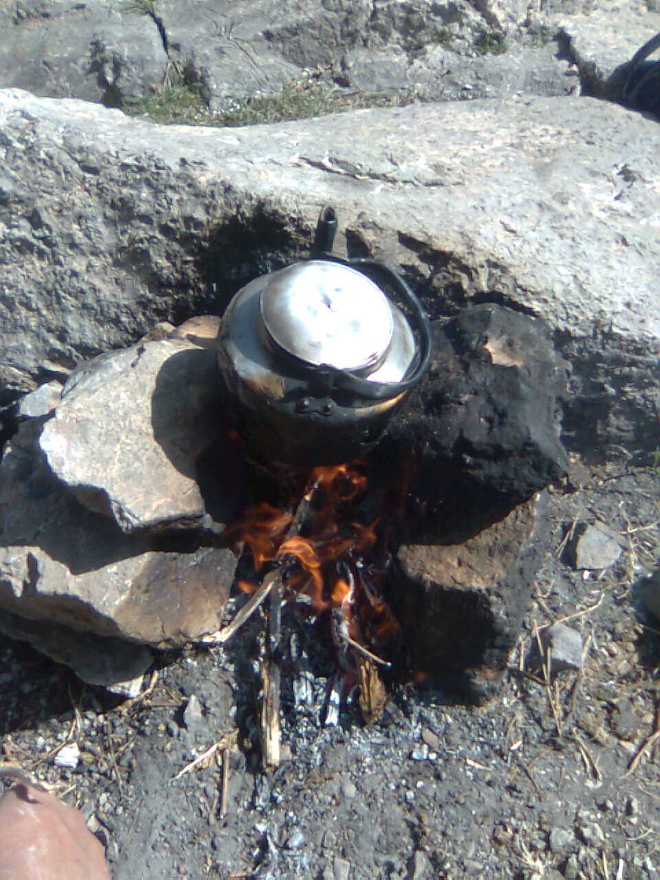چای در کوهستان و صحرا روی آتش