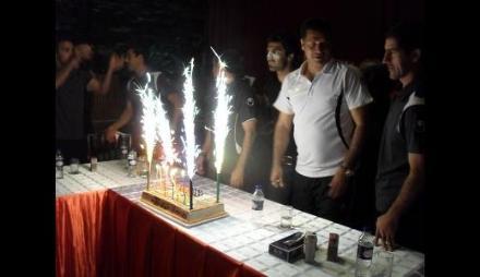 خبر فوری : علی دایی (شمع های روی کیک تولدش را) فـــــوت کرد ! www.TAFRIHI.com