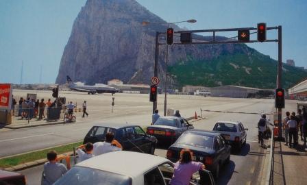فرودگاهی که باند پروازش از وسط خیابان می گذرد! (تصویری)