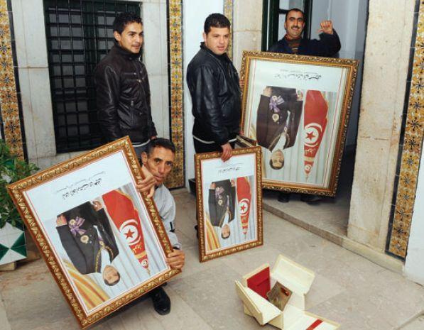 برچیدن تصاویر رئیس جمهور فراری از ادارات