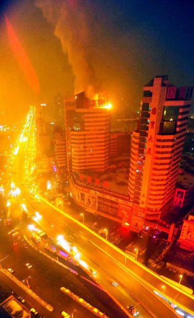 آتش گرفتن ساختمان 20 طبقه