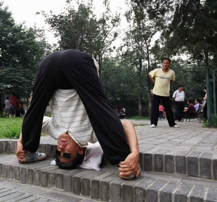 ورزش صبحگاهی یک مرد چینی در پارکی در پکن