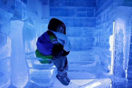 نشستن یک کودک روی یک توالت فرنگی یخی
