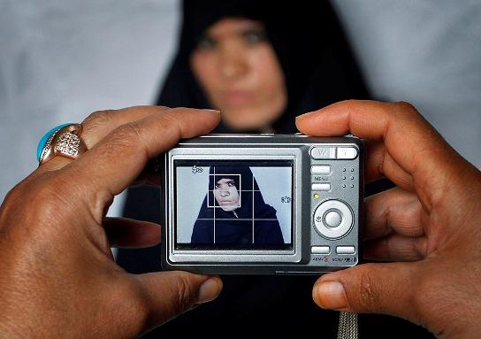 عکس انداختن یک زن داوطلب نامزدی برای پارلمان افغانستان در کابل