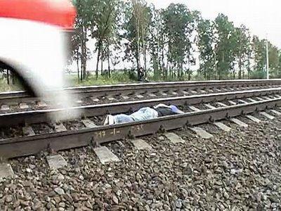 عکس:دختری که روی ریل قطار می خوابد