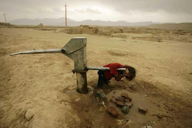عکس, تصویر, عکس دختر افغان در پی یه قطره آب