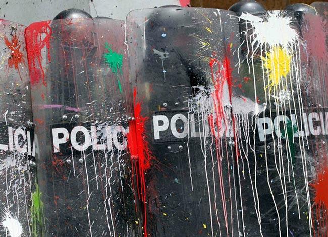پرتاب رنگ به پلیس