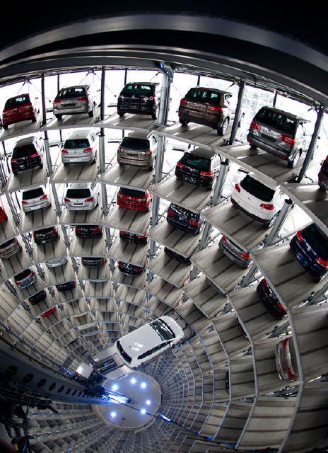 نمایشگاه فروش اتومبیل فولکس واگن در وولفسبورگ آلمان
