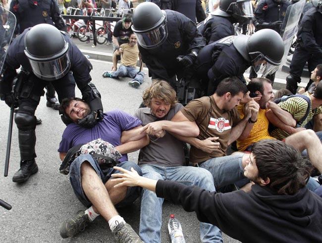 درگیری پلیس اسپانیا با معترضان