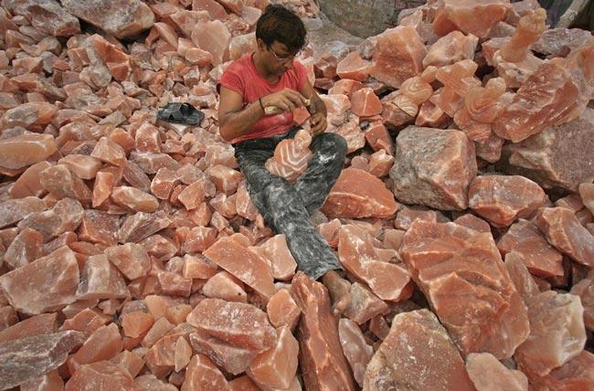 تراشیدن یك مجسمه از سنگ