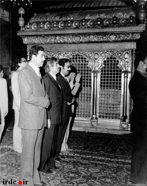 عکس / صدام در حرم امام رضا(ع)