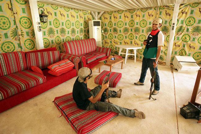 انقلابیون لیبی در خیمه قذافی