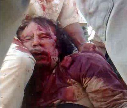 جنازه خونین قذافی در میان انقلابیون