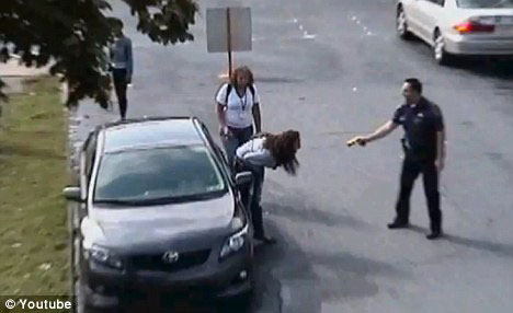 لحظه های تکان دهنده برخورد پلیس آمریکائی با دختر ۱۴ساله (+عکس)