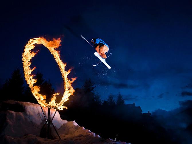 عبور اسکی باز از حلقه آتش