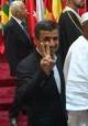 احمدی نژاد بعد از نشان دادن علامت پیروزی به دوربین