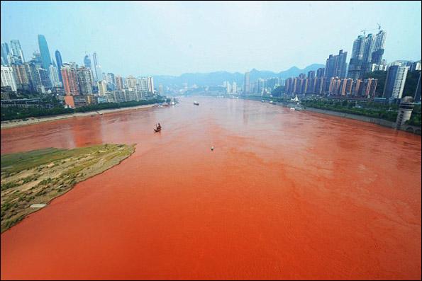 239722 662 رودخانه ای که ناگهان قرمز شد / عکس
