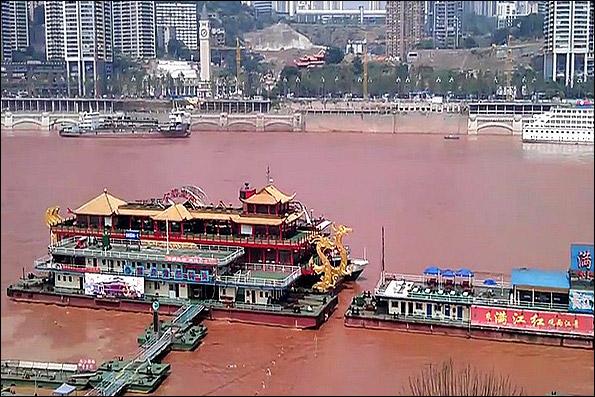 239723 837 رودخانه ای که ناگهان قرمز شد / عکس