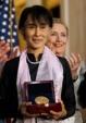 اعطای مدال کنگره آمریکا به رهبر دموکراسی خواهان برمه ( +عکس)