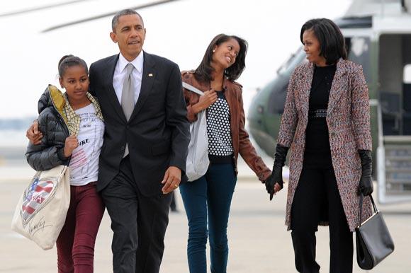 بازگشت اوباما و خانواده اش از فرودگاه شیکاگو به واشنگتن