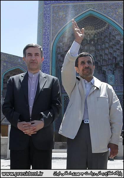 """احمدینژاد در اصفهان هم """"پرچم"""" را به """"مشایی"""" داد +عکس ( دنیای اقتصاد - خسرو یعقوبی )"""