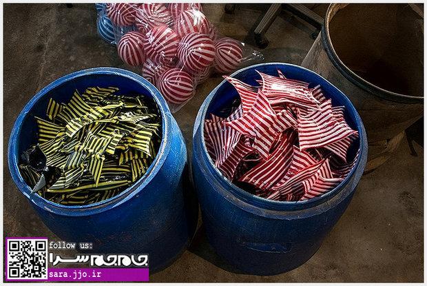 تصاویر جالب از کارگاه ساخت توپ های پلاستیکی راه راه