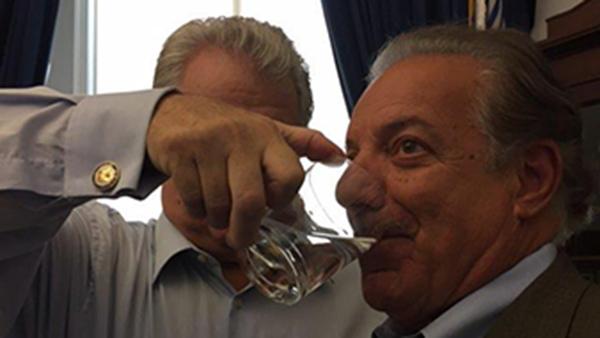 سناتور آمریکایی ته مانده لیوان آب پاپ را برای تبرک نوشید و بقیه اش را به خانه برد (+عکس)