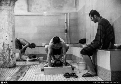 «مشت و مال» یکی از کارهای است که دلاکان به روش سنتی آن را انجام میدهند.