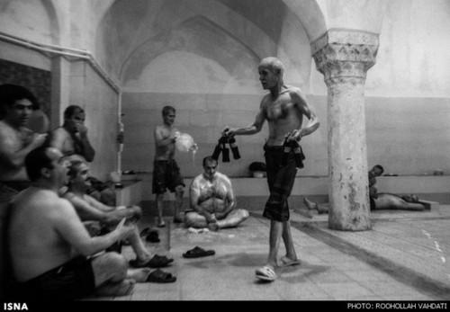 در گذشته در حمامهای سنتی خوردن نوشیدنهایی نظیر آب آلو رواج داشت که بعدها