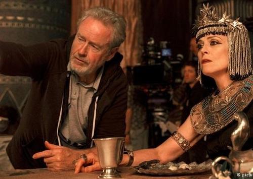 سیگورنی ویور نیز نقش مادر فرمانروای مصر را بازی میکند.