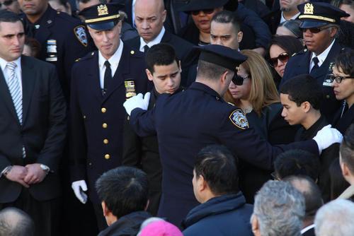 مراسم تشییع دو افسر پلیس کشته شده در نیویورک به دست یک جوان سیاه پوست