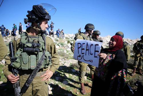اعتراضات فلسطینی ها در کرانه غربی در مقابل سربازان اسراییلی