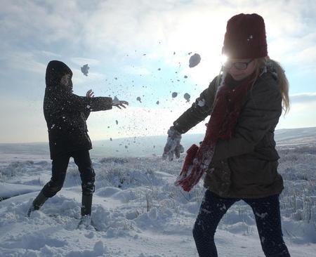 برف بازی دو نوجوان انگلیسی