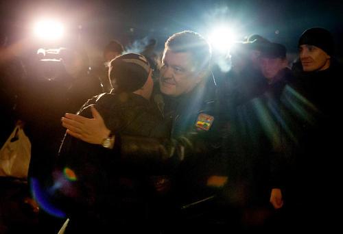 استقبال پترو پروشنکو رییس جمهور اوکراین از سربازان اوکراینی آزاد شده از سوی شورشیان مسلح طرفدار روسیه در شرق این کشور