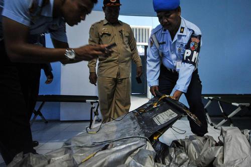 کشف چمدان ها و وسایل و اجساد مسافران هواپیمای سقوط کرده مالزیایی در آب های جزیره جاوه اندونزی