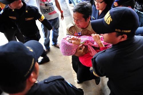 ناراحتی خانواده های قربانیان هواپیمای سقوط کرده مالزیایی (فرودگاه سورابایای اندونزی)