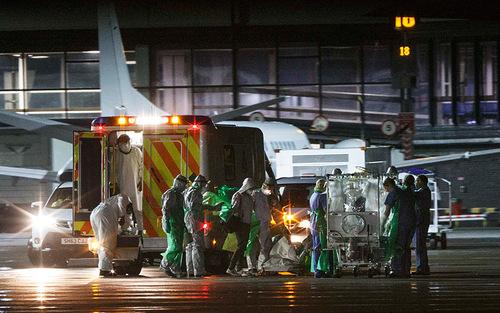 انتقال یک پرستار بریتانیایی مبتلا به ویروس ابولا از گلاسکو به لندن برای درمان در بخش قرنطینه یک بیمارستان