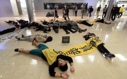 اعتراضات معترضان دموکراسی خواه در یک فروشگاه در هنگ کنگ