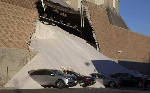 فرو ریختن دیوار یک کارخانه نمک در شیکاگو (آمریکا)