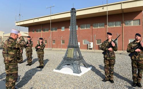 مراسم پایان ماموریت رزمی سربازان فرانسوی حاضر در افغانستان در یک پایگاه نظامی در کابل