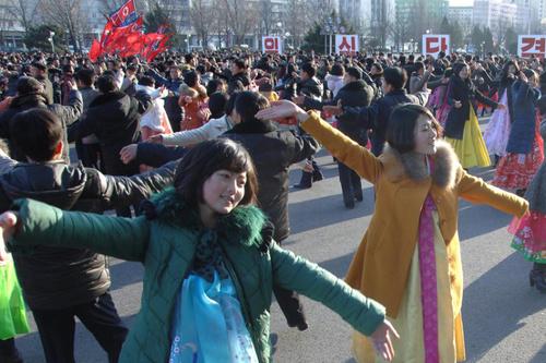 جشن سومین سالگرد به قدرت رسیدن کیم جونگ اون رهبر کره شمالی در میدانی در شهر پیونگ یانگ