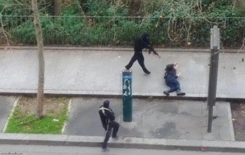مهاجمان به دفتر نشریه طنز فرانسوی در پاریس