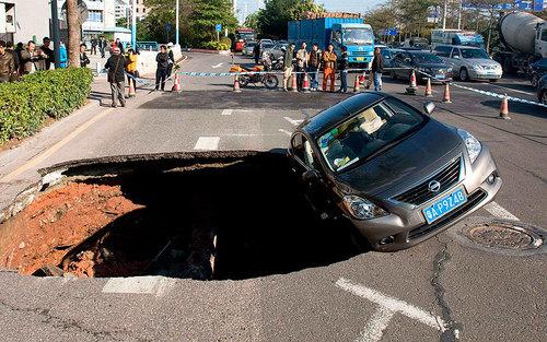 حفره بزرگ در خیابانی در گوآنگژو چین