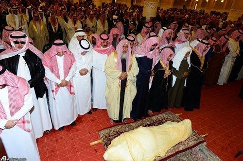 اقامه نماز میت بر جنازه ملک عبدالله در مسجد امام ترکی شهر ریاض