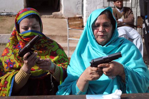 معلمان یک مرکز آموزشی در شهر پیشاور پاکستان در حال آموزش استفاده از اسلحه. آنها چگونگی استفاده از اسلحه به هنگام حمله به مدرسه را می آموزند