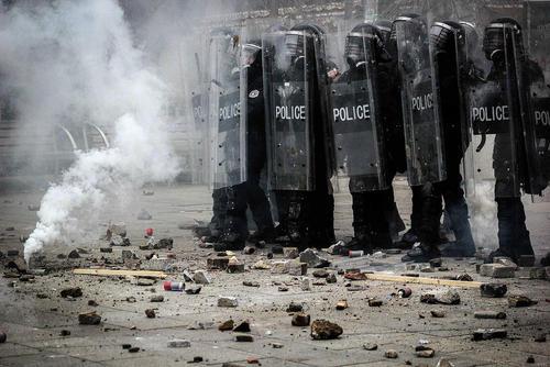 پلیس ضدشورش کشور کوزوو پس از درگیری با معترضین ضددولتی