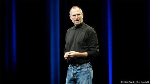 استیو جابز، بنیانگذار شرکت اپل در سال ۲۰۱۱ درگذشت. او پس از پایان تحصیلات متوسطه تنها یک ترم در سال ۱۹۷۲ در دانشگاه پرتلند تحصیل کرد. جابز پس از ترک تحصیل حتی جایی برای خواب نداشت و پیش دوستانش میخوابید و با جمعکردن شیشه خالی و دریافت