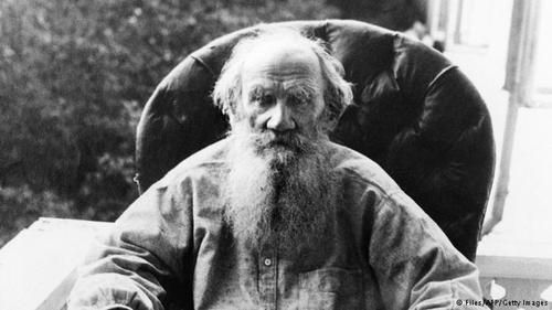 لئون تولستوی، نویسنده بزرگ روس در سال ۱۸۴۴ نخست تحصیلاتش را در رشته زبانهای شرقی آغاز کرد و سپس به علوم قضایی روی آورد. تولستوی در سال ۱۸۴۷ ترک تحصیل کرد.
