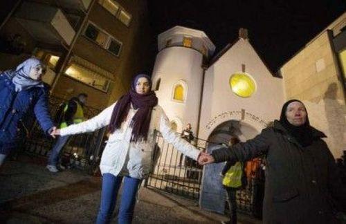 برنامه جوانان مسلمان نروژ برای ایجاد زنجیره انسانی در اطراف کنیسه یهودیان در پایتخت این کشور (اوسلو)